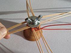 Preložený prút navlečieme na osnovu a začíname opletať dvoma prútmi krížením. To znamená, že okolo každej osnovy vedieme jeden prút zpredu,, jeden zozadu, prekrížime ich a okolo vedľajšej osnovy ten prút, čo bol vpredu je vzadu a anopak. Weaving Designs, Weaving Art, Weaving Techniques, Basket Weaving, Rattan, Baskets, Interior, How To Make, Christmas Decor