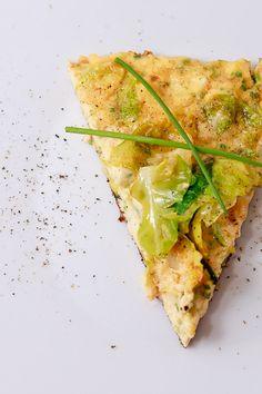 Die Rosenkohl-Frischkäse-Frittata ist ein schnelles Gericht, welches sich wunderbar als Amuse Bouche, als Teil eines Buffets oder als kleiner Starter für einen lauschigen Menü-Abend eignet.  Wusstest Du das? Heute vor 76 Jahren wurde bei der BBC die erste Kochsendung ausgestrahlt. Unter dem Titel Cook's Night