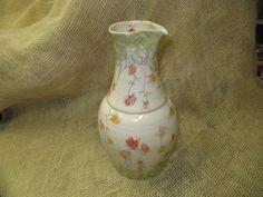 Pichet carafe en  faïence blanche  petites fleurs rouges