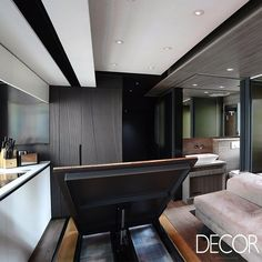 Composto por mobiliário e utensílios funcionais, este apartamento com aproximadamente 29 m² conta com ambientes versáteis e acolhedores.