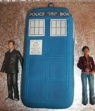 http://jenniepowell.files.wordpress.com/2008/04/tardis-cake-and-figures.jpg