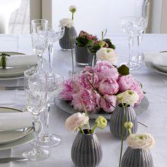 Bilderesultat for borddekorasjoner Flower Table Decorations, Table Flowers, Floral Artwork, Pink Peonies, Dinner Table, Tablescapes, Safari, Glass Vase, Floral Design