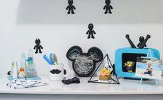 Decoração com direito a vários diys 💙  ⏺ Televisão; ⏺ Mário na parede; ⏺ Luminária do Mickey; ⏺ Caneca do Mickey; ⏺ Triângulo;  Contei sobre todos eles lá no ig @baby.leonel 💙