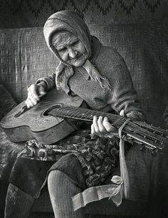These Rare Colorized Photos Of The People Of Appalachia Offer A Glimpse Into Another World People Of The World, Belle Photo, Black And White Photography, Old Photos, Beautiful People, Beautiful Soul, Wisdom, Life, Guitars