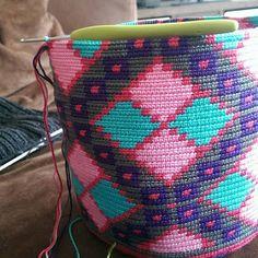 RiannesHaaksels: Work in progress! Tapestry Crochet Patterns, Crochet Motif, Crochet Home, Crochet Stitches, Knit Crochet, Crochet Handbags, Crochet Purses, Diy Crochet Basket, Mochila Crochet