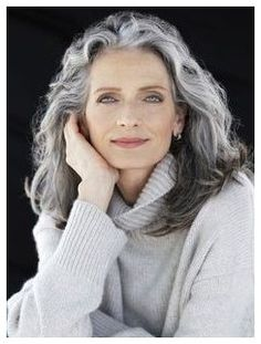 Gray is the new Black: 30 hairstyles for gray hair- Grey is the new Black: 30 Frisuren für graue Haare Because of grandma! What used to be taboo is now awesome: gray hair! We definitely find gray hair absolutely sexy and show you wonderful hairstyles … - Grey Hair Over 50, Long Gray Hair, Silver Grey Hair, Hair For Over 50, Hairstyles Over 50, 2015 Hairstyles, Great Hairstyles, Chic Hairstyles, Formal Hairstyles