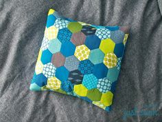Ein Kissen aus Hexagons English Paper Piecing, Patches, Throw Pillows, Quilts, Sewing, Patchwork Cushion, Sewing Patterns Free, Sew Simple, Sew Bags