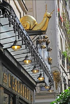 "rue Montorgeuil - Paris 1er ... L'enseigne du restaurant ""L'Escargot Montorgueil"""