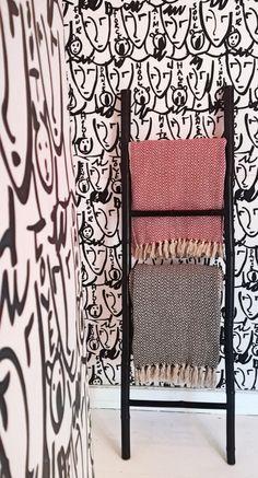 . Miss Red a elle aussi shoppé l'#échelle en #bambou #babou qu'elle a peint en noir pour s'associer à sa #déco !
