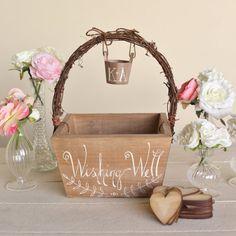 <p>Ein+Gästebuch+auf+einer+Hochzeit+muss+natürlich+sein.+Die+Gäste+wollen+dem+Brautpaar+schließlich+gute+Wünsche+mit+auf+den+Weg+geben.+Heutzutage+gibt+es+viele+Varianten+des+Gästebuchs:+zum+Beispiel+als+Poster,+Buch+oder+in+Kärtchen+aus+Holz.+Mir+ist+bei+der+Recherche+auf+Etsy+ein+Hochzeitsshop+aufgefallen,+der+gerade+…</p>
