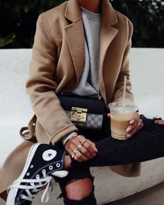 Cross Body Bags to Add to Your Closet Beste Cross Body Taschen / Street Style Mode / . Classy Street Style, Looks Street Style, Mode Outfits, Casual Outfits, Fashion Outfits, Fashion Trends, Fashion Clothes, Stylish Clothes, Sneakers Fashion