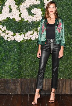 Alexa Chung wearing Ag the Isabelle Jeans in Leatherette Lt Super Black and Stuart Weitzman Nudist Sandals Stuart Weitzman, Alexa Chung Style, World Most Beautiful Woman, Hollywood Party, Looks Black, Got The Look, Star Fashion, Fashion Wheel, Casual Street Style