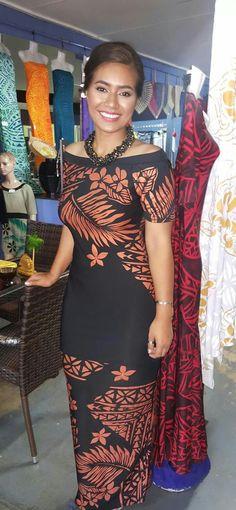 Love the style puletasi💖 Samoan Designs, Polynesian Designs, Island Wear, Island Outfit, Samoan Dress, Island Style Clothing, Hawaiian Fashion, Vogue, Polynesian Dresses