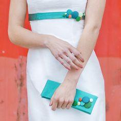 Eleni- Clutch aus smaragd-grüner Dupionseide für die Hochzeit mit seidenbezogenen Knöpfen