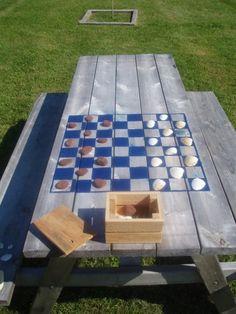 Hacer un tablero de ajedrez en la parte superior de la mesa de picnic para…