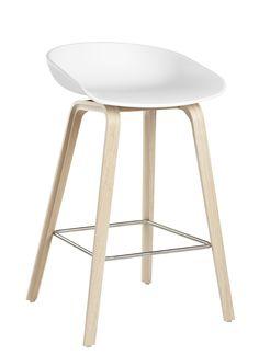 Tabouret de bar About a stool / H 65 cm - Plastique & pieds bois Blanc / Pieds bois naturel - Hay