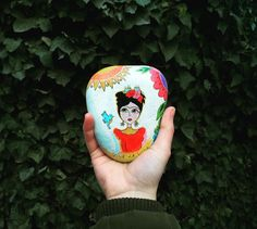 """Frida Kahlo""  #vsco #vscoart #art #artist #vscocam #vscogram #fridakahlo #stone #drawing #painting #stoneart #stonepainting #aztagram #vscoazerbaijan #vscobaku #bakugram #handmade #instagood #instapic #artwork #vscoturkey #vscoukraine #daşboyama #taşboyama #tasboyama #taşboyamasanatı #fridastyle"