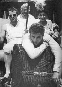 """James Dean visita a su ídolo Marlon Brando en el set de """"Desiree"""""""
