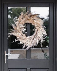 Interior Lavender, pampas and pheasant feathers The most perfect harvest inspired autumnal wreath for the front door which contrasts beautifully… Diy Fall Wreath, Fall Wreaths, Summer Wreath, Christmas Wreaths, Prim Christmas, Wreath Ideas, Xmas, Dried Flower Wreaths, Dried Flowers