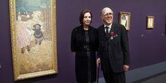 """Le couple Hays posent à côté de l'oeuvre d'Edouard Vuillard, """"Les Premiers Pas"""" (1894)à l'occasion de l'exposition de leur collection en 2013 au Musée d'Orsay."""
