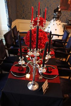 classic table in black, red and silver. The black and white wedding dress is a perfect match for this color theme
