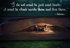 4. -'Sommige boeken proef je,  andere verslind je,  en slechts enkele kauw je  en verteer je helemaal.'-                                   De zin staat op pagina 11.                      Deze zin geeft aan dat je met een goed boek  helemaal in het verhaal op kan gaan en met alle personages mee kan leven alsof je alles voelt wat zij ook voelen.