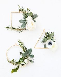 How cute are these mini #diy wreaths via #papernstitchblog We think they are a great styling idea for weddings as well #TMBloves #weddingwreath