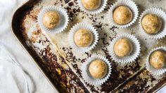 Hledáte tip na zdravější cukroví? Právě jste ho našli. Kombinaci arašídového másla, ovesných vloček a kešu ořechů si zamilujete.