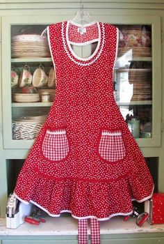 Red apron with white polka dots, oh so retro Red Apron, White Apron, Cute Aprons, Flirty Aprons, Sewing Aprons, Apron Designs, Aprons Vintage, Kitchen Aprons, Sewing Hacks