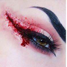 Bloody Eyeliner Is the Creepy Halloween Look That's a Costume All by Itself Who knew blood could look so … chic? Maquillage Halloween Clown, Creepy Halloween Makeup, Amazing Halloween Makeup, Halloween Eyes, Scary Makeup, Halloween Looks, Halloween Pajamas, Chic Halloween, Halloween Night