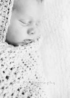 Great tips on newborn photography...recommends ideally shooting between 6-10 days old, and other great tips.