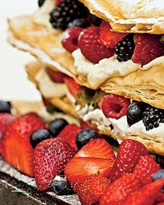 será que dá pra fazer a massa folhada aberta no forno e depois montar um bolo lindo desses com o creme de confeiteiro e frutas?