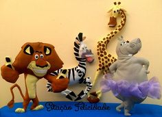 Kit Madagascar em feltro e feito 100% à mão!  Ideal para decoração de festas do tema ou, até mesmo, dar aquele toque todo especial à decoração do quarto do seu filho!  Necessitam de suporte para ficarem em pé.    Itens do kit: Leão Alex, Zebra Marty, Hipopótamo Glória e Girafa Melman (todos com c...