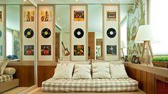 É possível incorporar seu estilo musical nos mais diferentes ambientes da casa e de forma sutil, acredite. Quadros, almofadas, adesivos com letras de músicas, poltronas… vale tudo!