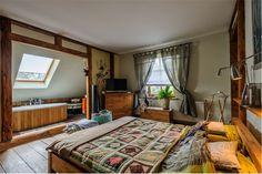 Przytulna sypialnia z charakterem, wspaniale wkomponowana w styl domu. Sama nieruchomość, pochodząca z lat 30- stych XX wieku, utrzymana jest w klimacie country house.