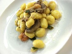 Ricetta gustosa ed extra rapida, ottima per una cena da approntare all'ultimo minuto: gnocchi funghi, zucchine e gamberetti.