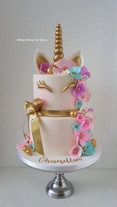 Unicorn cake with flowers Einhornkuchen mit Blumen Beautiful Cakes, Amazing Cakes, Mini Cakes, Cupcake Cakes, Kreative Desserts, Unicorn Themed Birthday Party, Unicorn Birthday Cakes, Unicorn Cakes, Unicorn Foods