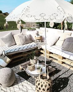 DIY: Un parasol ennuyeux devient l'écran du temple - Terrasse Outdoor Fun, Outdoor Spaces, Outdoor Decor, Outside Living, Outdoor Living, Pallet Garden Furniture, Diy Terrasse, Balcony Design, Rooftop Garden