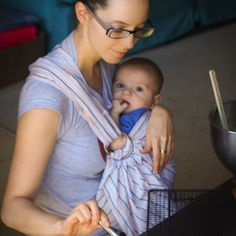 How to Use a Ring Sling with a Newborn #babywearing #sling #newborn | Jellibean Journals