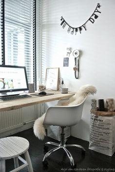 Knusse en gezellige werkkamer voor als je thuis werkt. Door een combinatie van verschillende materialen krijgt de kamer een sfeervolle uitstraling.