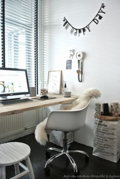 Cozy home office via Living on the 9th Floor. Werkblad!