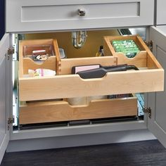 Rev-A-Shelf Under Sink Schublade herausziehen