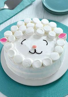 Décoration de gâteau agneau souriant :  crème fouettée et guimauves. 17 décorations de gâteaux hyper faciles