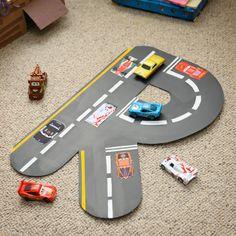 À vos marques, prêts… à vos pinceaux ! Aidez vos enfants à créer leurs propres posters personnalisés de voitures de courses Cars à partir de l'initiale de leur prénom. Ces réalisations peuvent être accrochées au mur ou utilisées pendant les parties de jeu avec Flash McQueen et tous ses amis.