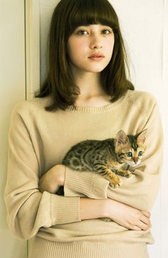 The perfect picture: pretty girl with cute kitty <3