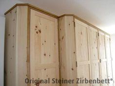 Zirbenholzschrank, Massivholz-Schrank, Aufsatzgesims in Eiche