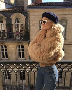 The Resurgence of French Berets: Here's How Fashion Girls Are Wearing Berets This Fall. {I Look più Belli con Le Béret} Faux Fur Jacket, Fur Coat, Chic Outfits, Trendy Outfits, Faye Dunaway, Vintage Fur, Vintage Ideas, French Girls, Going Out Outfits