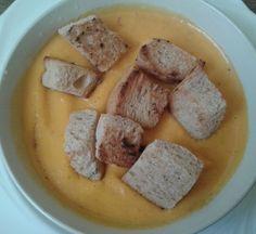 Sárgarépa krémleves pirított kenyérkockákkal. http://receptek365.info/levesek/sargarepa-kremleves/