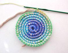 Great tutorial for a coil + crochet rainbow basket Basket Weave Crochet, Crochet Basket Pattern, Basket Weaving, Crochet Patterns, Crochet Baskets, Crochet Diy, Crochet Stitch, Rope Crafts, Yarn Crafts