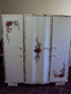 Divina Arte Nazaré Zilio: Móvel restaurado em decoupage, patina provençal, puxadores de rosas e aplicação de bordado em ponto cruz